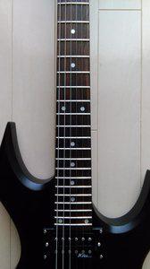 センターずれを起こしているギター