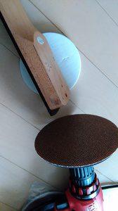 円形のドリルパッドを買ってきて、ギターのネックを削る。