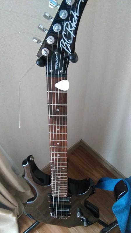弦をカットしていないのは、おしゃれじゃなくて、後で弦を再利用しようという魂胆からです。ロック式のペグの場合、弦の余分な部分をカットすると短すぎて再利用が大変なのです。