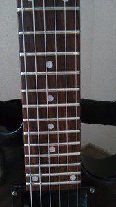 3弦と4弦の間のインレイのドットの位置に注目。左側に寄ってるのが分かりますでしょ。