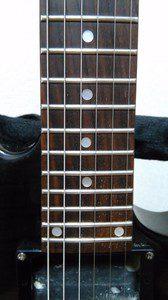 再び、3弦と4弦の間のドットに注目