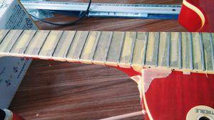 指板をマスキングしてフレットを磨きます。キムタオルを使ってピカールで磨きますた。