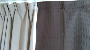 取り付け後の比較。左がニ〇リ製、右が防音カーテン。